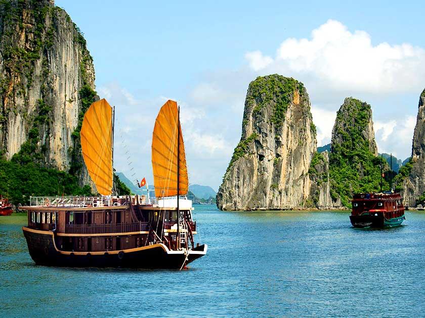 halong-bay-boats-vietnam-840x630